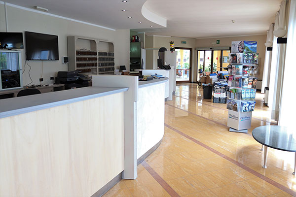 https://www.hotelsanpietrolimone.it/wp-content/uploads/2020/06/Reception.jpg